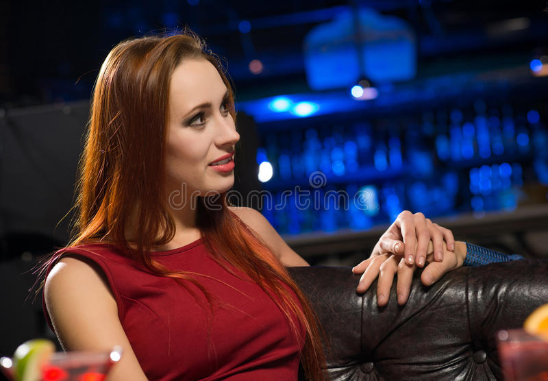 Ritratto di una donna attraente in un night-club fotografia stock