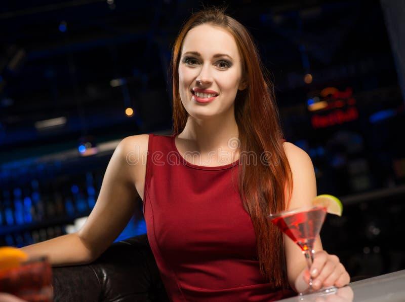 Ritratto di una donna attraente in un night-club immagini stock