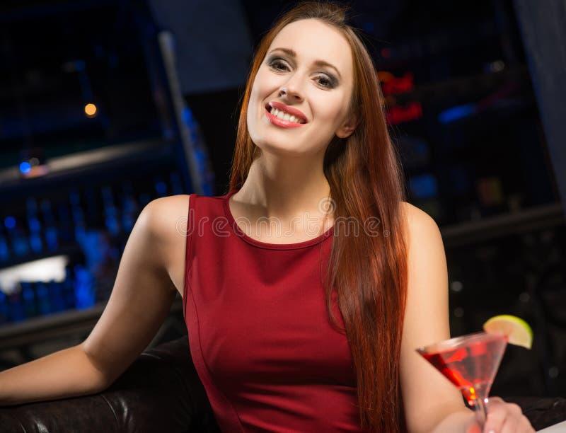 Ritratto di una donna attraente in un night-club fotografia stock libera da diritti