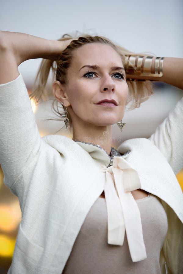 Ritratto di una donna bionda fotografie stock libere da diritti