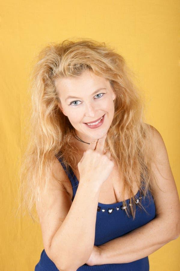 Ritratto di una donna bionda sorridente immagine stock