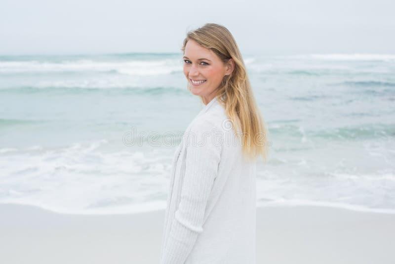 Ritratto di una donna casuale sorridente alla spiaggia fotografie stock libere da diritti