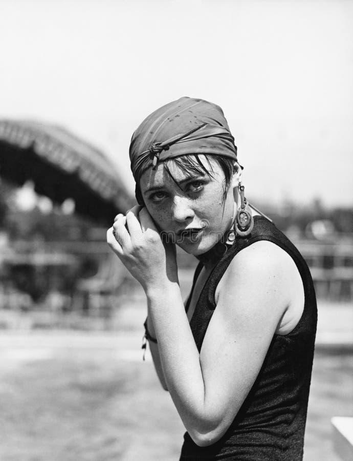 Ritratto di una donna che avvolge una sciarpa sulla sua testa (tutte le persone rappresentate non sono vivente più lungo e nessun immagini stock libere da diritti