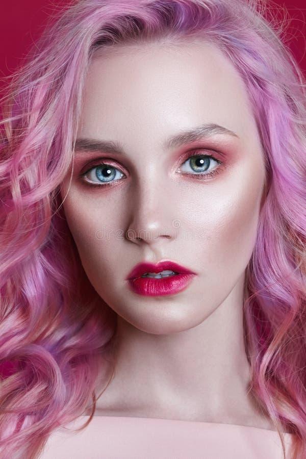 Ritratto di una donna con capelli volanti colorati luminosi, tutte le tonalità della porpora rosa Coloritura di capelli, labbra b immagini stock
