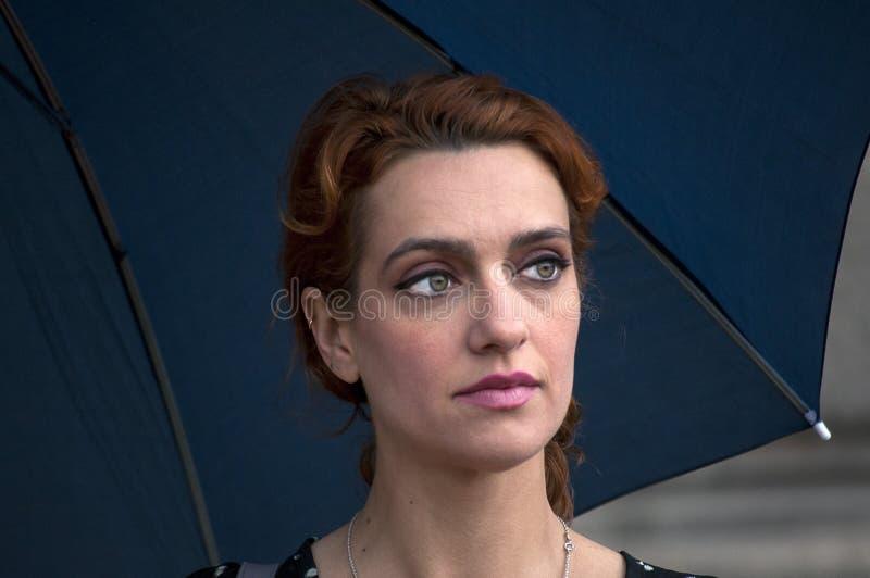 Ritratto di una donna con l'ombrello fotografia stock libera da diritti