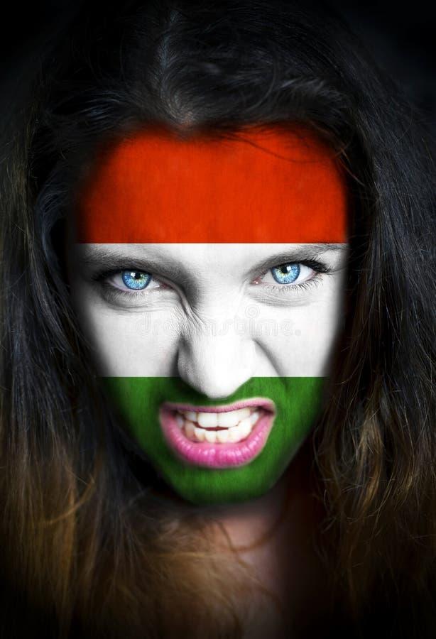 Ritratto di una donna con la bandiera dell'Ungheria dipinta su lei fotografia stock