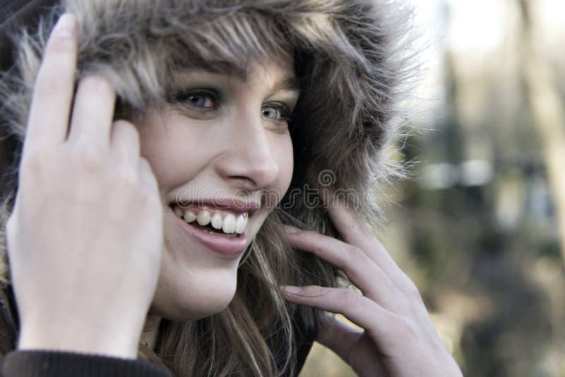 Ritratto di una donna con un impermeabile fotografia stock libera da diritti