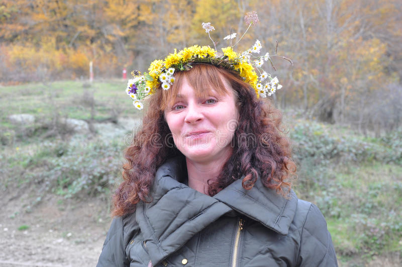 Ritratto di una donna con una corona sulla sua testa in una foresta fotografia stock libera da diritti