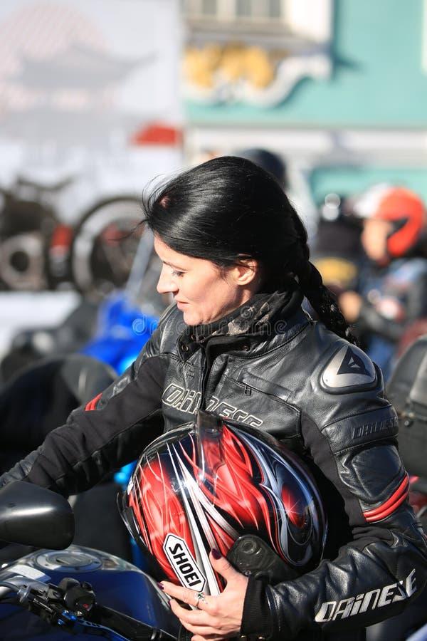 Ritratto di una donna del motociclista senza un casco un giorno soleggiato immagine stock