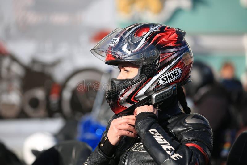 Ritratto di una donna del motociclista in un casco un giorno soleggiato fotografia stock