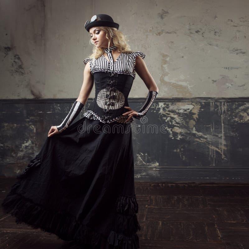 Ritratto di una donna dello steampunk sopra il fondo di lerciume Bella signora in uno stile vittoriano fotografie stock libere da diritti