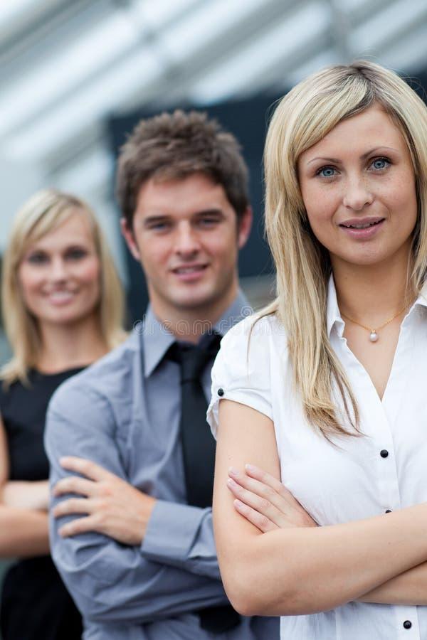 Ritratto di una donna di affari davanti alla sua squadra immagini stock libere da diritti