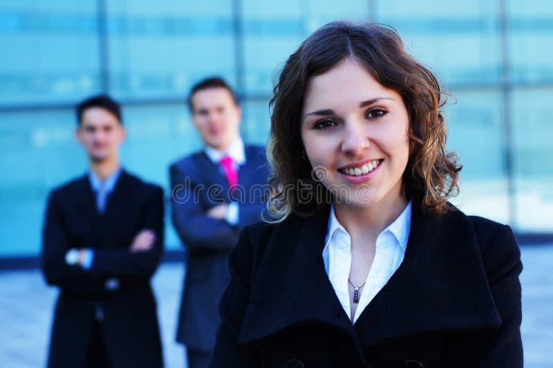 Ritratto di una donna di affari davanti alla sua squadra immagine stock