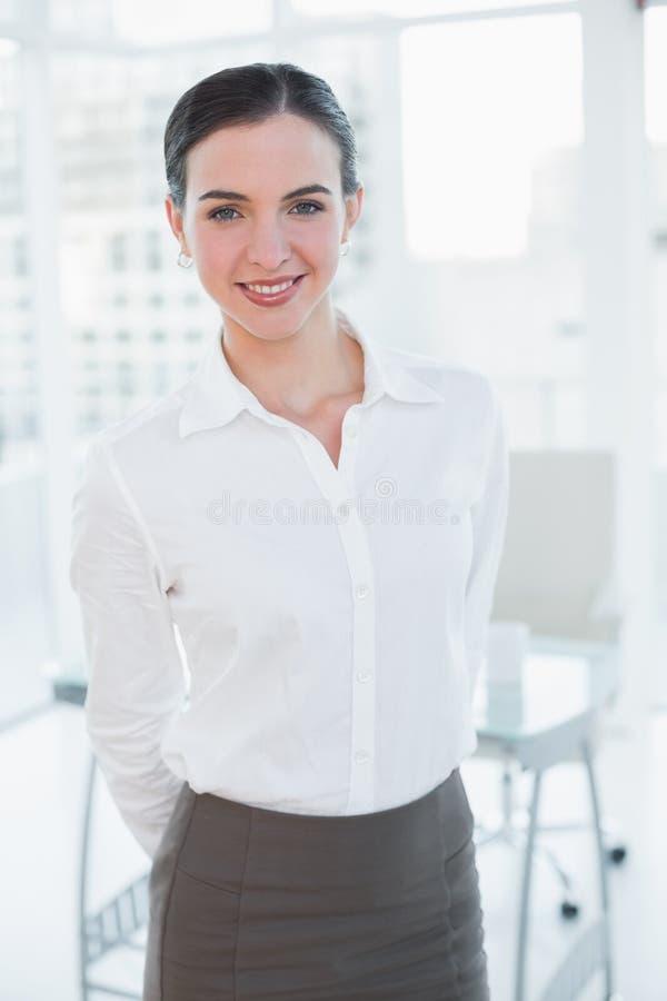 Ritratto di una donna di affari elegante in ufficio immagine stock