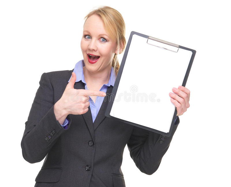 Ritratto di una donna di affari felice che indica la lavagna per appunti in bianco del segno fotografia stock libera da diritti