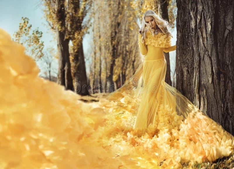 Ritratto di una donna elegante che cammina nel parco autunnale fotografia stock libera da diritti
