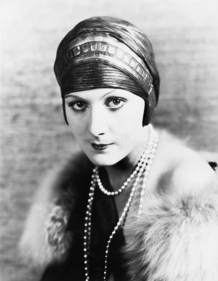 Ritratto di una donna elegante in un turbante e perle (tutte le persone rappresentate non sono vivente più lungo e nessuna propri immagine stock libera da diritti