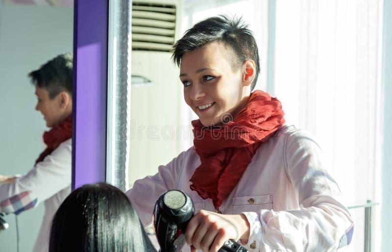 Ritratto di una donna felice al salone di capelli immagini stock libere da diritti