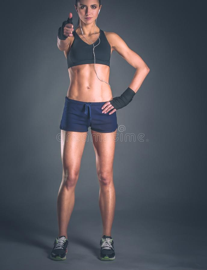 Ritratto di una donna felice di forma fisica che mostra segno giusto fotografia stock libera da diritti