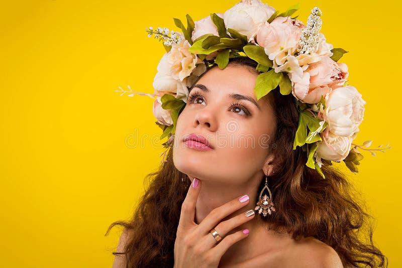 Ritratto di una donna graziosa che indossa una corona immagine stock libera da diritti