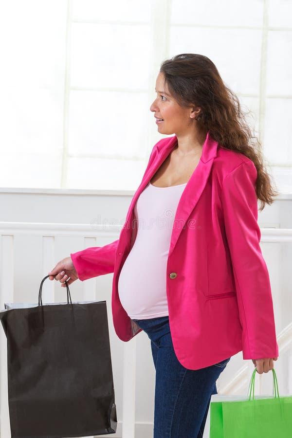 Ritratto di una donna incinta asiatica che tiene sacco di carta, fotografia stock