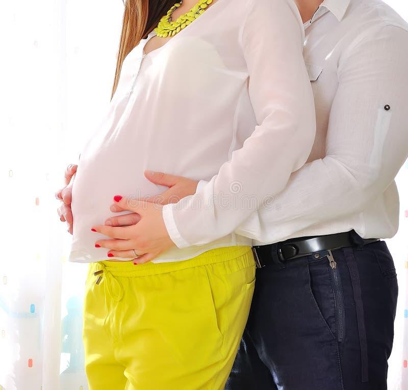Ritratto di una donna incinta felice fotografie stock