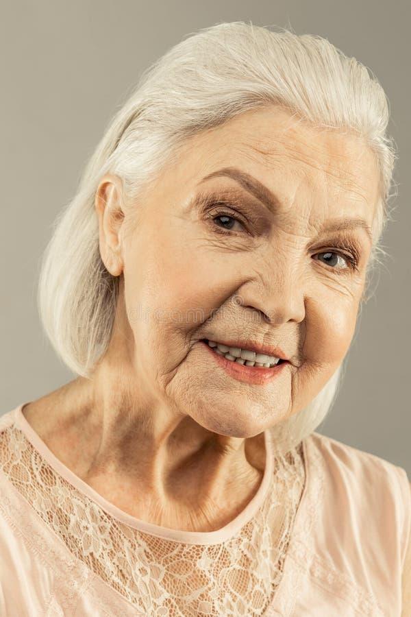 Ritratto di una donna invecchiata piacevole felice fotografie stock libere da diritti