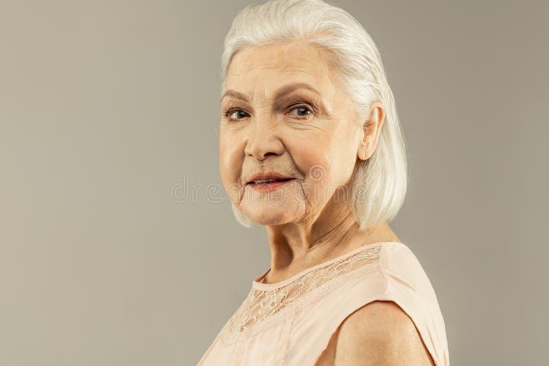 Ritratto di una donna invecchiata positiva allegra immagine stock libera da diritti