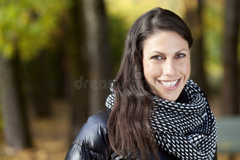 Ritratto di una donna italiana matura che sorride alla macchina fotografica fotografia stock