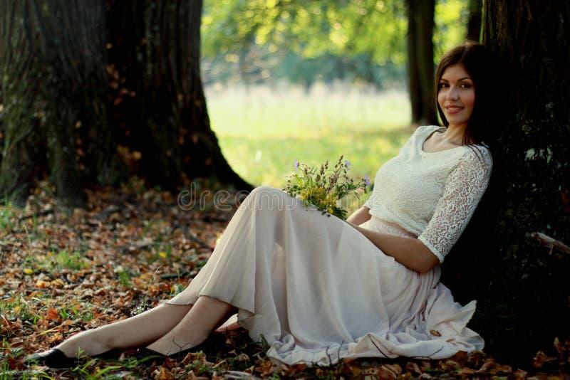 Ritratto di una donna nell'orario invernale fotografie stock libere da diritti