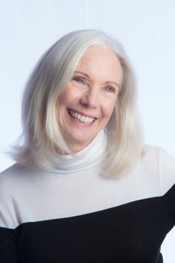Ritratto di una donna più anziana adorabile immagini stock