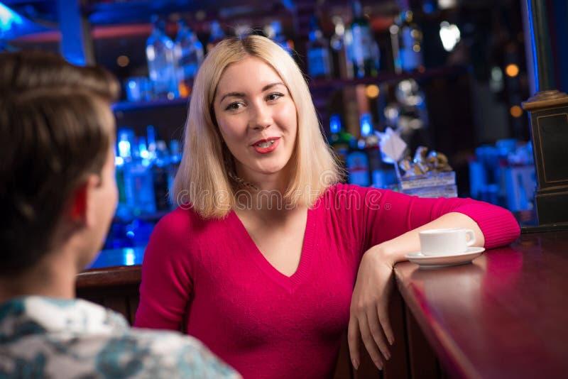 Ritratto di una donna piacevole alla barra immagine stock libera da diritti
