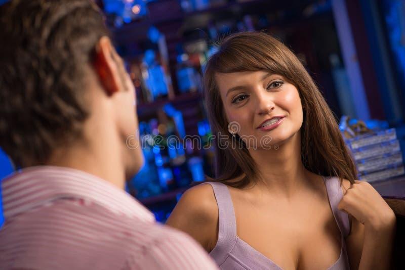 Ritratto di una donna piacevole alla barra immagine stock
