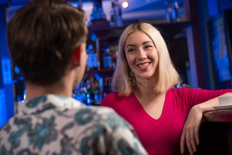 Ritratto di una donna piacevole alla barra fotografie stock
