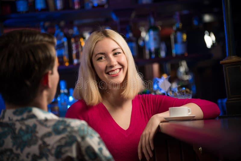 Ritratto di una donna piacevole alla barra fotografia stock libera da diritti