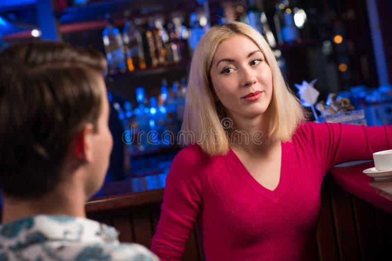 Ritratto di una donna piacevole alla barra immagini stock