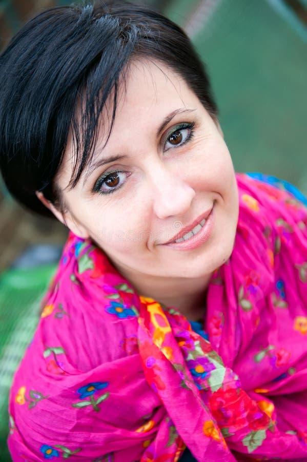 Ritratto di una donna positiva felice fotografie stock libere da diritti