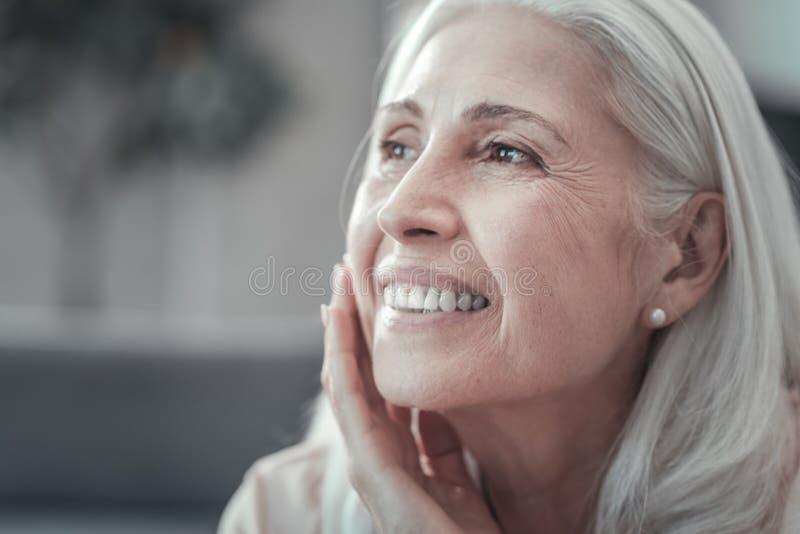 Ritratto di una donna positiva piacevole fotografia stock