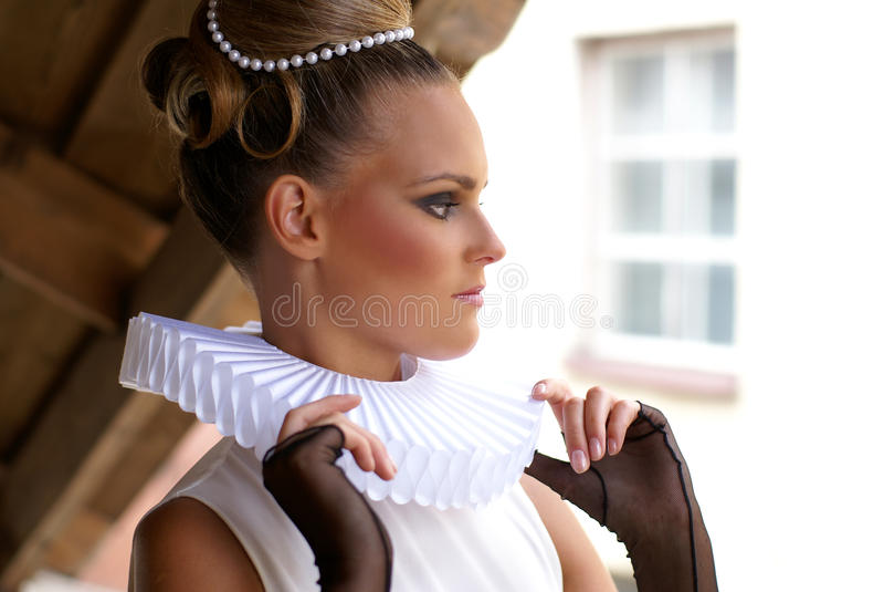 Ritratto di una donna in retro vestiti e nel trucco fotografia stock