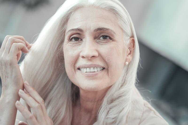Ritratto di una donna senior piacevole fotografie stock