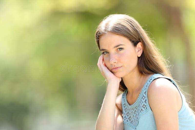 Ritratto di una donna seria di bellezza che esamina macchina fotografica fotografie stock libere da diritti