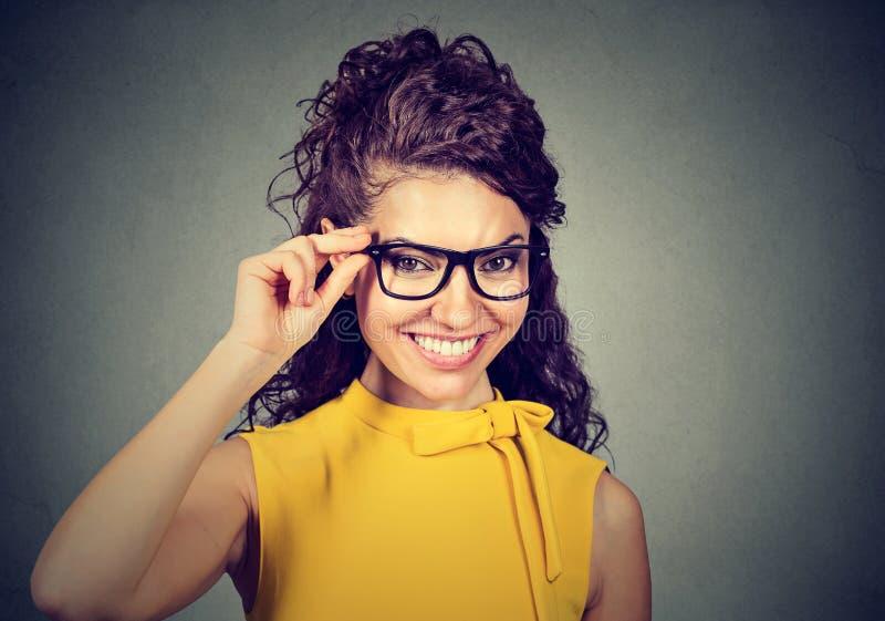 Ritratto di una donna sorridente di affari in vetri fotografia stock