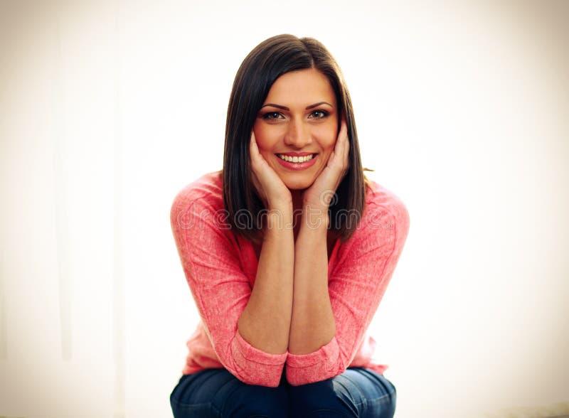 Ritratto di una donna sorridente di mezza età immagine stock