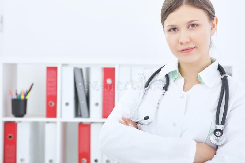 Ritratto di una donna sorridente sicura di medico con lo stetoscopio immagini stock libere da diritti