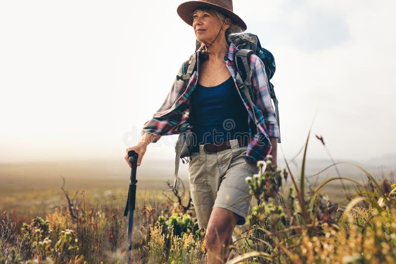 Ritratto di una donna su una spedizione di trekking fotografia stock