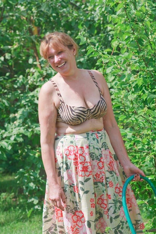 Ritratto di una donna su un sito del paese fotografie stock libere da diritti