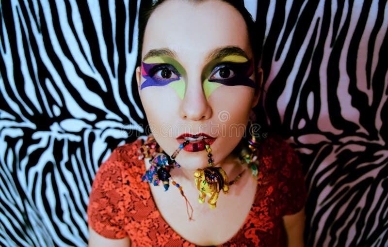 Ritratto di una donna su una zebra come fondo fotografia stock