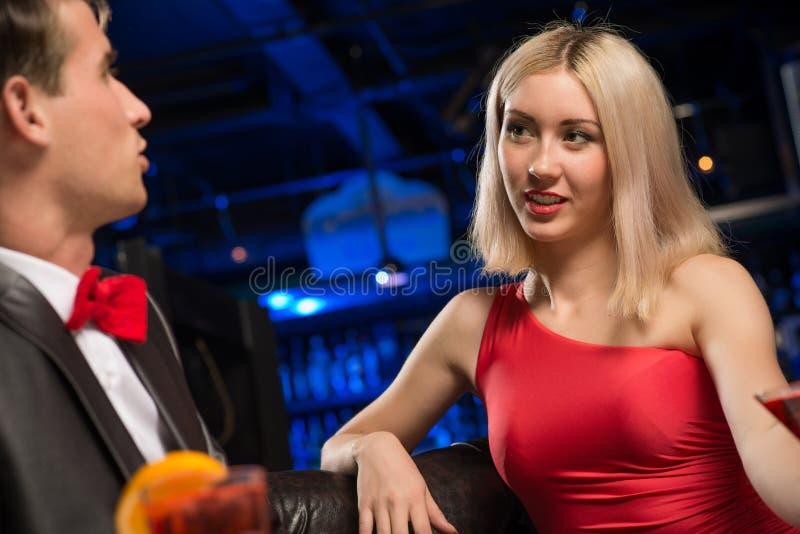 Ritratto di una donna in un night-club immagini stock libere da diritti