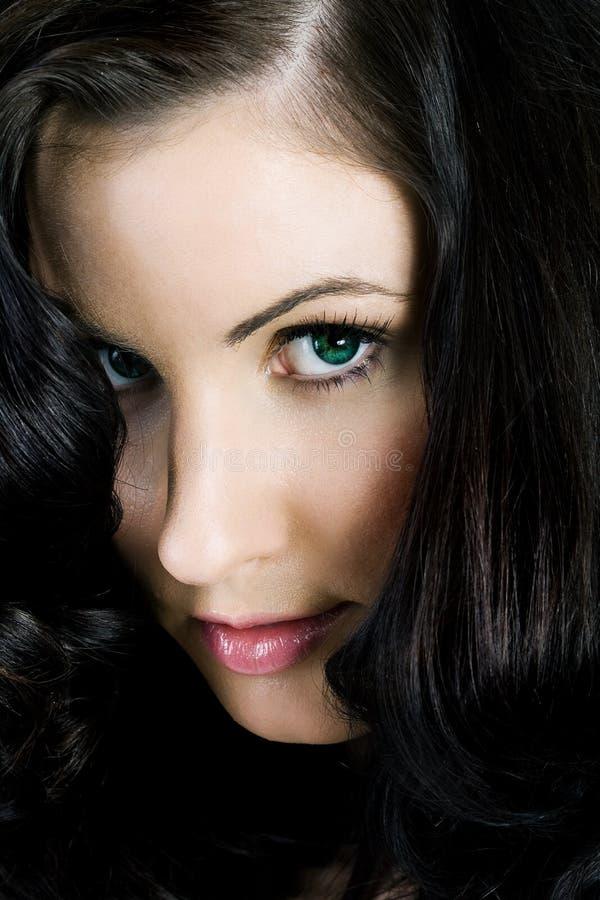 Ritratto di una femmina misteriosa con capelli enormi fotografia stock libera da diritti