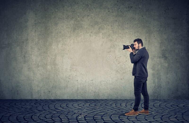 Ritratto di una fotografia facendo uso di una macchina fotografica professionale fotografia stock libera da diritti